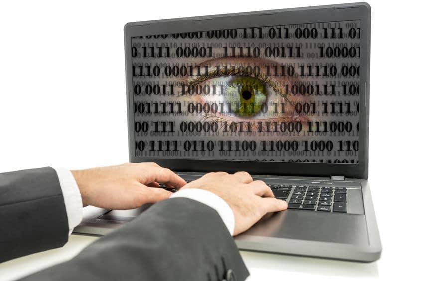 חוקר פרטי - עובד עם המחשב