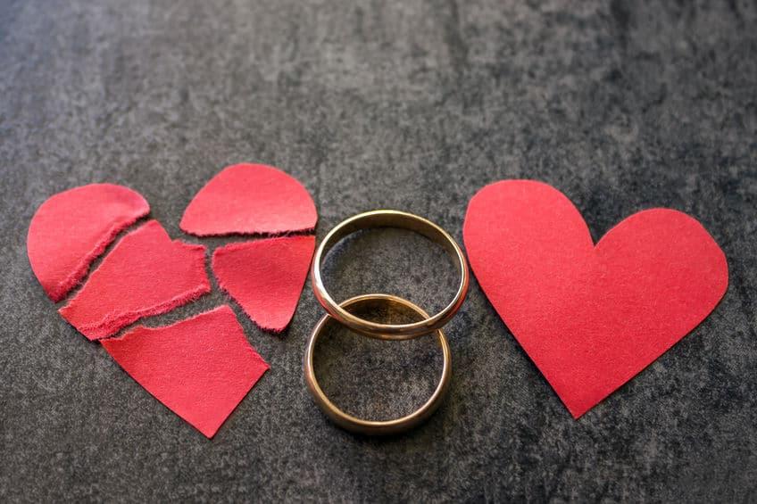 לב שבור עם טבעות - מעיד על סימנים לבגידה שהיתה בין בני זוג