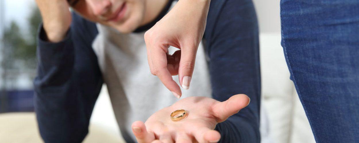 משרד חקירות גילה בגידה של גבר ואשתו מחזיר לו את הטבעת